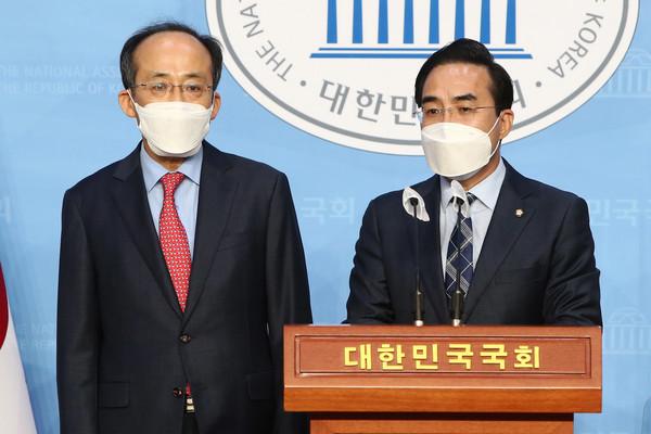 국회 예결특위 여야 간사들(추경호 국민의힘 의원, 박홍근 더불어민주당 의원)