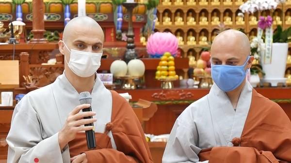 진여스님(사진 왼쪽)과 스님의 치유를 돕고 있는 선정스님.