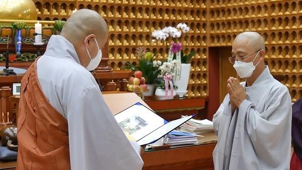 '연꽃 사진 컨테스트' 수상자인 수산스님의 시상식 모습.