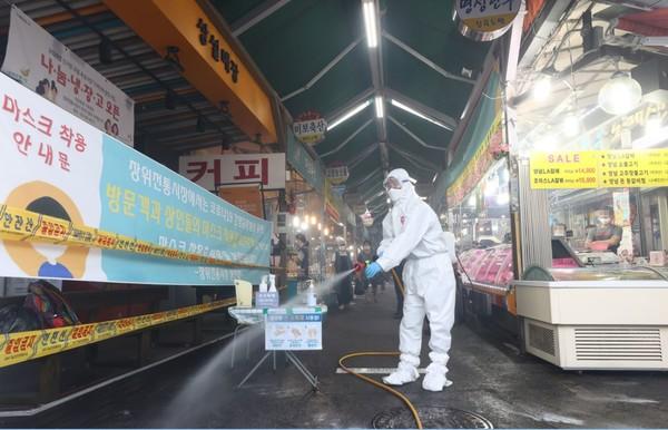 추석을 앞둔 24일 오후 서울 성북구 사랑제일교회 인근 장위전통시장에서 성북구보건소 및 새마을지도자성북구협의회 관계자들이 코로나19 집단감염 발생지역 및 관내 취약지역에 대한 집중방역을 하고 있다