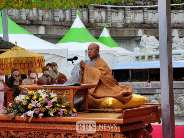 승시 개막식에서 조계종 종정 진제스님이 법어를 하고 있다.