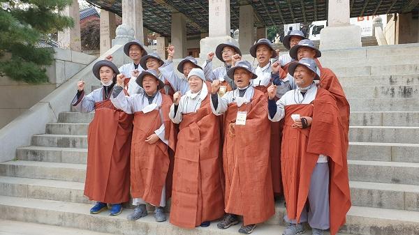 자승스님이 자비순례를 마치고 봉은사에서 참가자들과 기념사진을 찍었다.